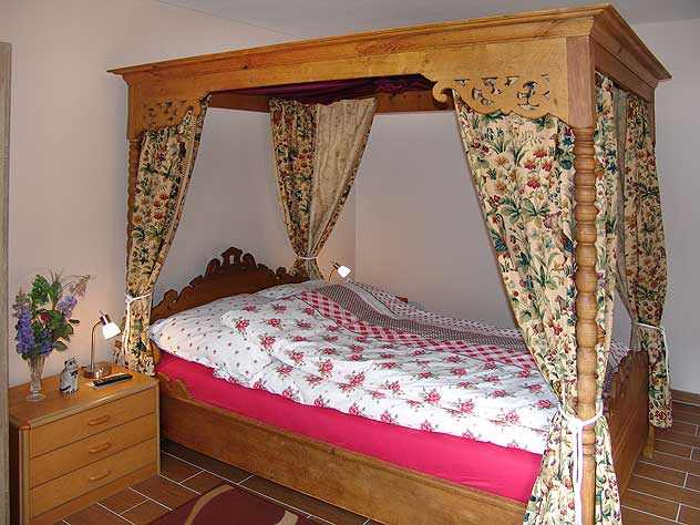 Non-smoking canopy bed holiday apartment in Oberwesel in Germany on the Rhine River in the Lorelei Valley between Frankfurt, Mainz / Mayence, Rudesheim, Bingen, Bacharach, Lorelei Rock, St. Goar, Boppard, Koblenz/Coblence and Koln / Cologne.